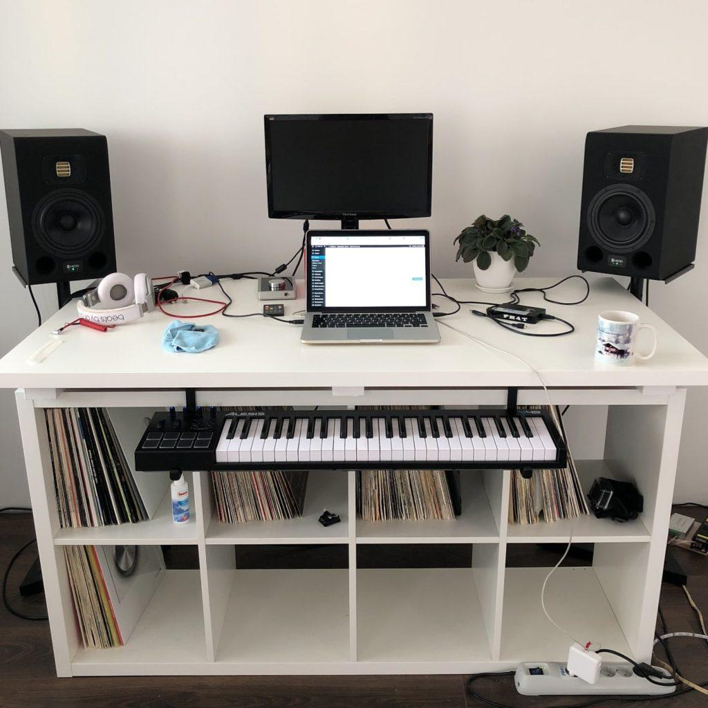Фото диджейского стола с миди клавиатурой